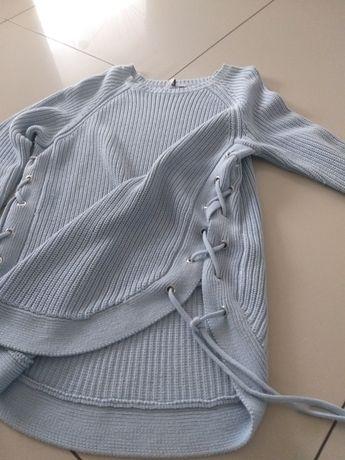 Śliczny  błękitny swetr wiązany po bokach