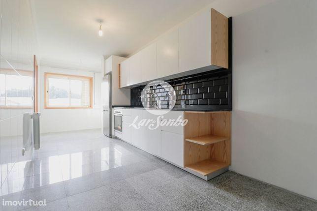 Apartamento T2+1 ao nível do 1.º piso localizado junto à Confeitari...