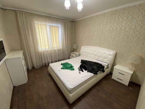 Кровать с матрасом, тумбы, комод, люстра, светильники.