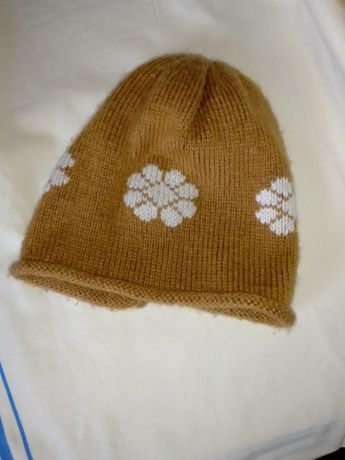 Шерстяная шапочка для девочки.