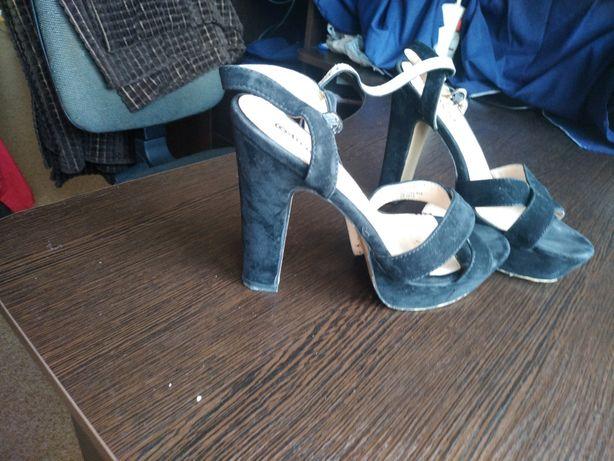 Черные босоножки на каблуке, замш