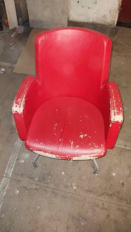 Fotel na nogach czerwony