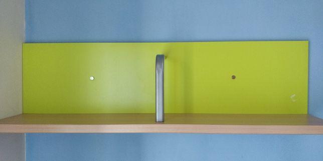Prateleira de parede cor faia e fundo verde claro
