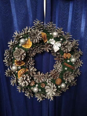 Wianek świąteczny z szyszek, bogato zdobiony. HANDMADE