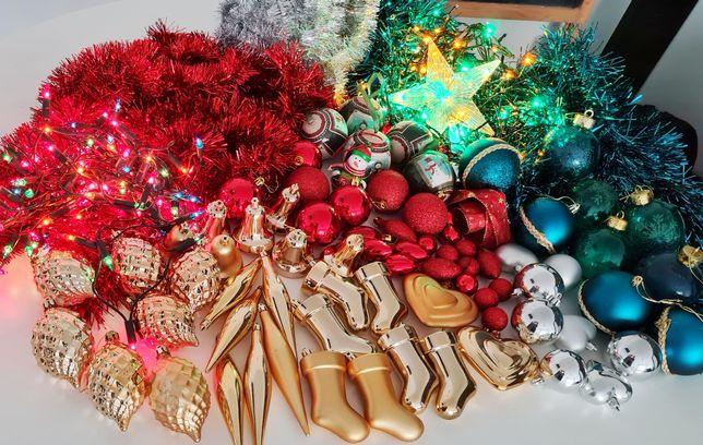 Árvore de Natal com enfeites e luzes