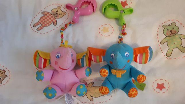 Wibrująca zabawka zawieszka niebieski słonik Tiny Love