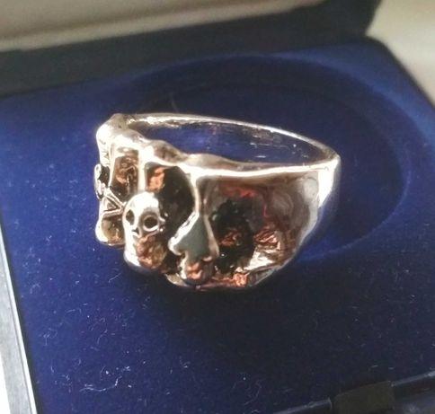 Sygnet, pierścień stalowy, motocyklowy, pięść , czaszka.