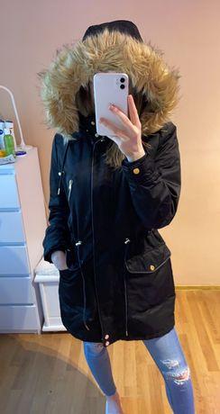 Czarna parka kurtka zimowa