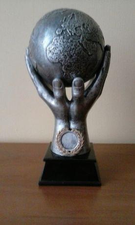 Statuetka kula ziemska w dłoniach z konglomeratu żywic