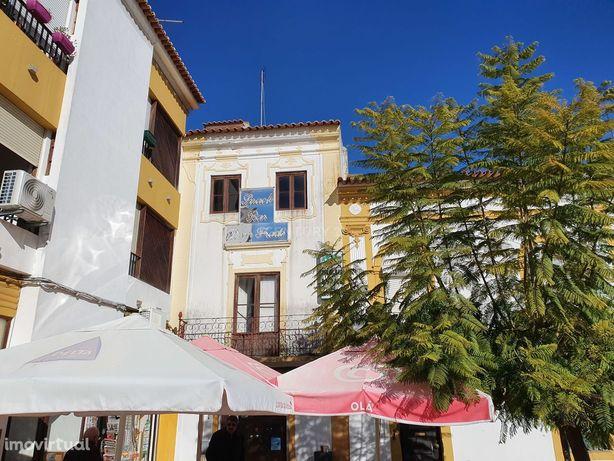 Prédio histórico no centro da Vila de Mora