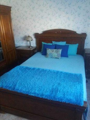 Mobilia de quarto completa em madeira maciça . madeira castanho