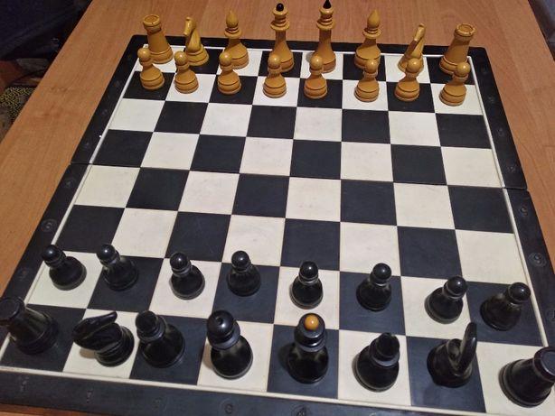 Шахматная доска с фигурами.
