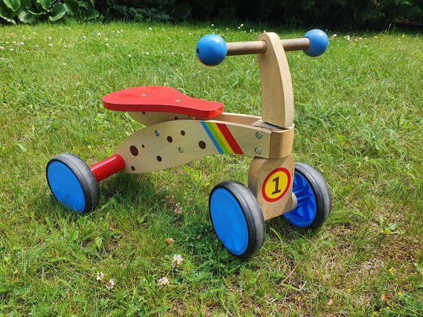 mały drewniany rowerek biegowy lubiany przez dzieci
