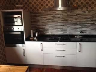 Cozinha com Placa, Microondas e forno.