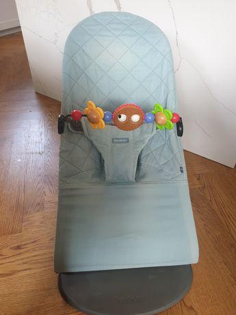 Leżaczek BabyBjorn z zabawką