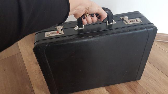 Czarna walizka skórzana męska z kodem