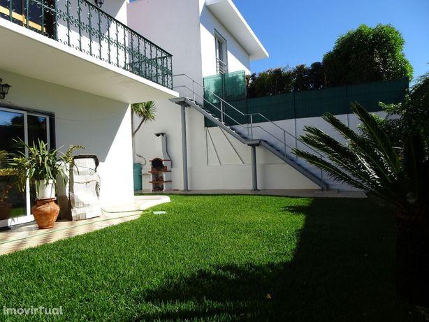 Moradia T6 + 2, dividida em 3 apartamentos, Avª Sabóia, Monte Estoril