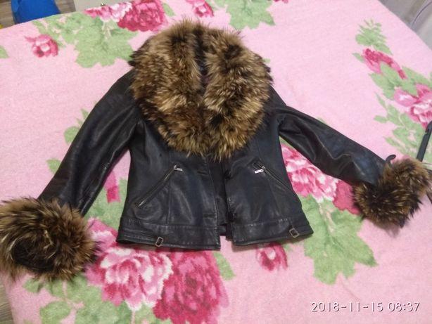 Продам кожаную куртку с мехом енота и волка.