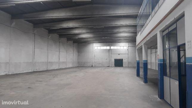 Armazém com 1000 m2 - com zona de escritórios -Zona Industrial da Maia