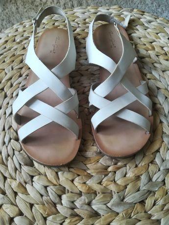 Białe sandałki marki ZARA