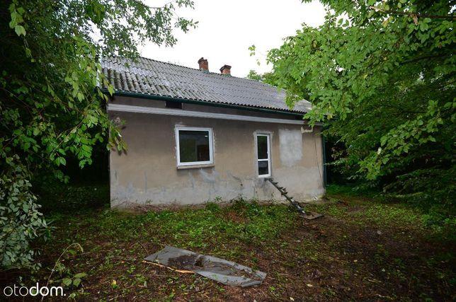 Dom z 68 arowądziałką w lesie.