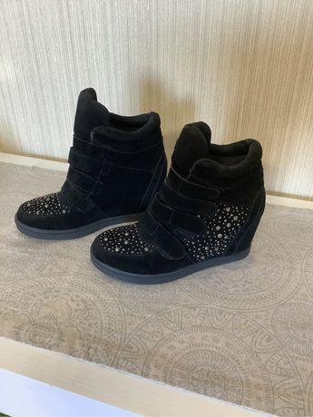 Кросівки- черевички на танкетці
