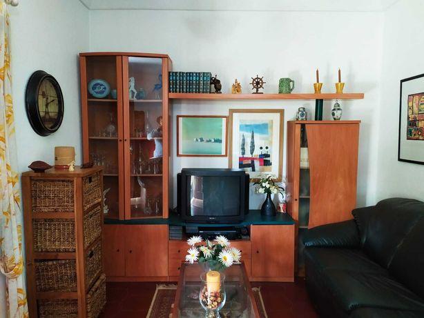 Móvel TV com cristaleira, estante e arrumação