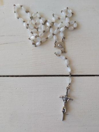 Biały różaniec z perłowym połyskiem