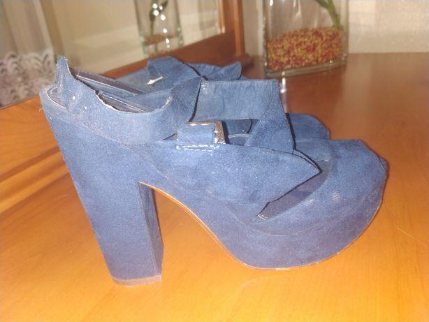 Sapatos azuis compensados