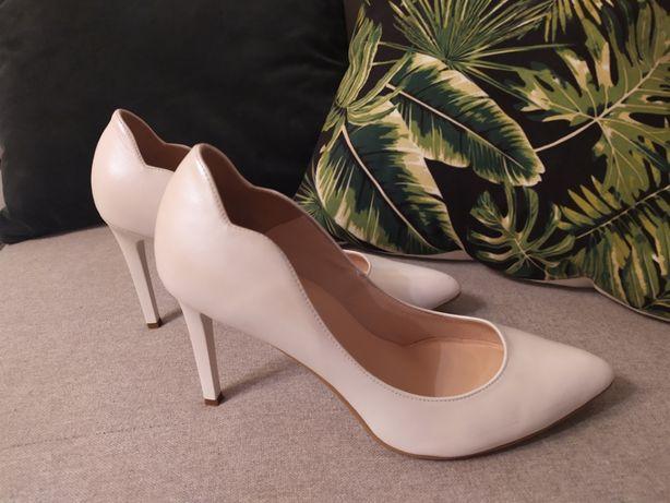 Buty białe, w perłowym opalizującym kolorze