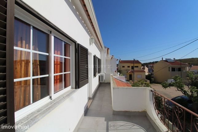 Moradia | Semi-Renovada | Quintal