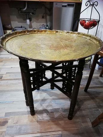 Stary stolik z mosiężnym blatem.