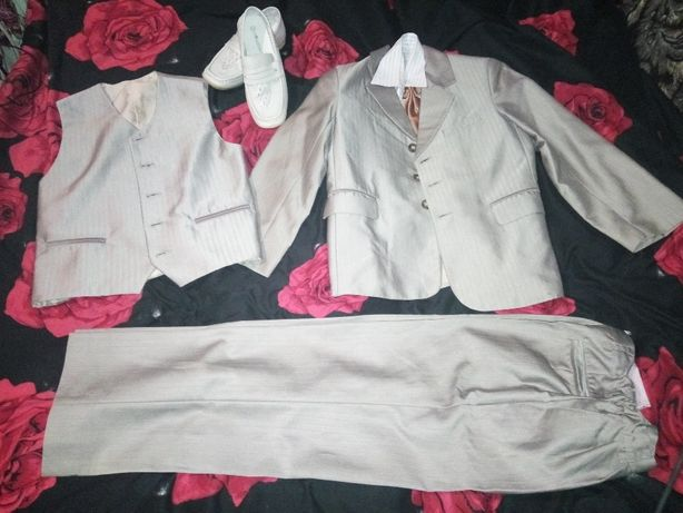 Продам костюм-тройку на мальчика в садик на выпускной или на концерты,