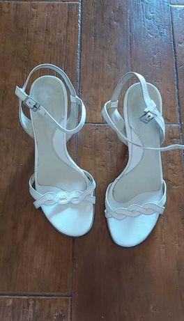 Sandálias brancas em pele genuína.