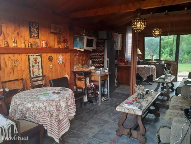Casa de madeira e piscina inserida em Terreno Rústico 500...