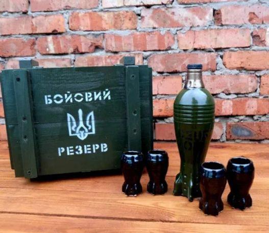 Подарочный набор мина бутылка с рюмками в ящике для дома комфортный