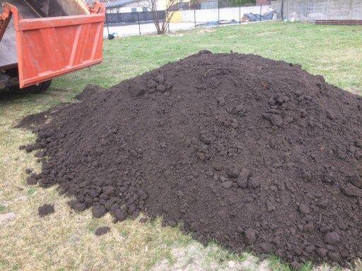 Ziemia humus czarnoziem pod trawnik