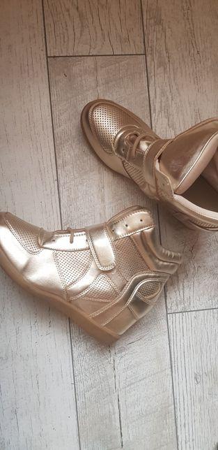 Złote sneakersy
