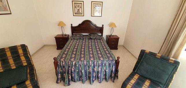 Cama de casal e 2 mesas de cabeceira