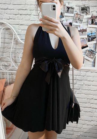 Czarna sukienka z błyszczącą kokardą