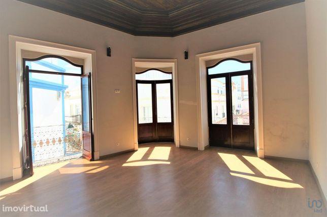 Prédio - 343 m² - T4