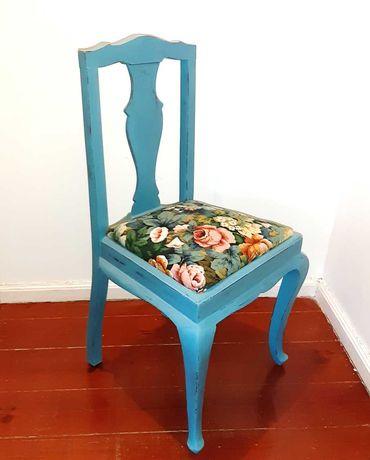 Cadeira Queen Anne reciclada com tinta de giz azul turquesa, decapé