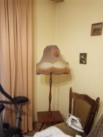 lampa stojąca na stoliczku