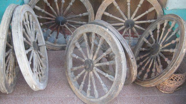 для окраси дачі саду велике колесо із деревяними шпицями та ободом