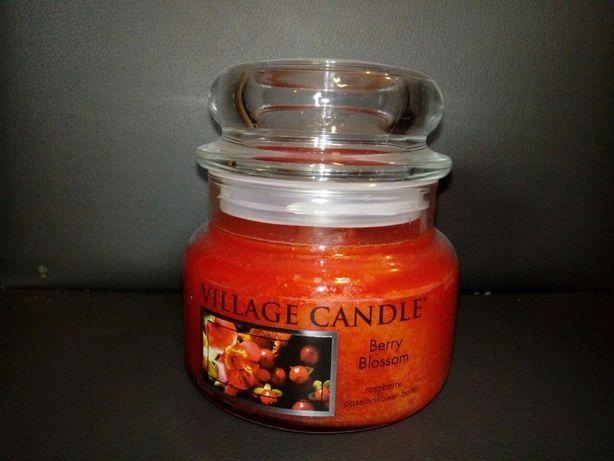 Świeczka zapachowa Village Candle - Berry Bllossom