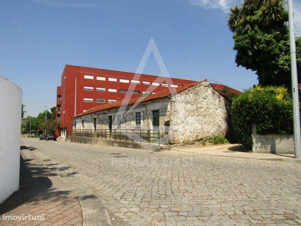 Moradias + terreno + Pavilhão