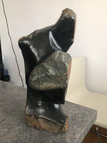Escultura em pedra maciça assinada pelo artista