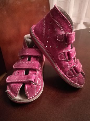 Adamki pantofle,sandałki r.24 stan dobry