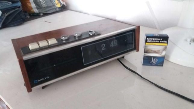 despertador / rádio muito antigo a funcionar