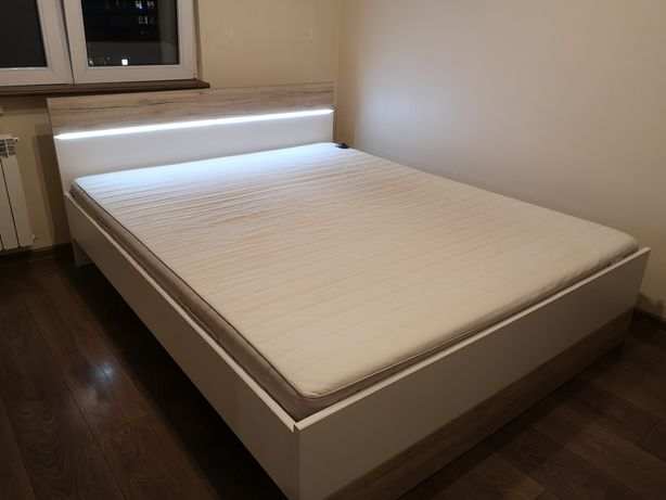Łóżko małżeńskie z materacem i szafkami nocnymi